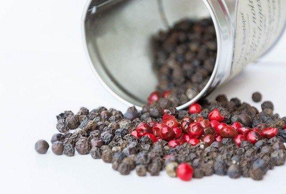 Aan bijna elk gerecht wordt wel wat zwarte peper toegevoegd. Maar wist je dat zwarte peper pijn en ontsteking remt? Piper nigrum doet zelfs nog meer dan dat en bestrijdt een breed scala aan gezondh…