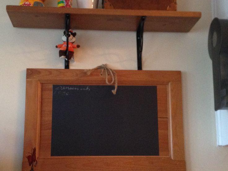 voila ce que j ai fait de ma porte de meuble brisée...mais puisqu'elle est assortie aux meubles et tablettes, super tableau (c'est une feuille autocollante de chez omer desserres