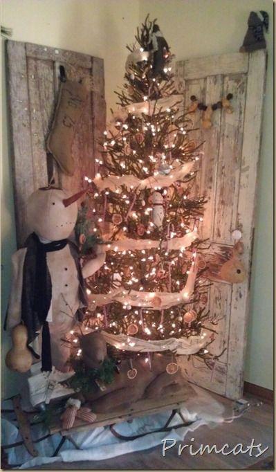 pretty treeThe Doors, Primitives Christmas Trees, Prim Christmas, Primitive Christmas, Christmas Decor, Old Doors, Rustic Christmas Trees, Primitives Trees, Cozy Christmas