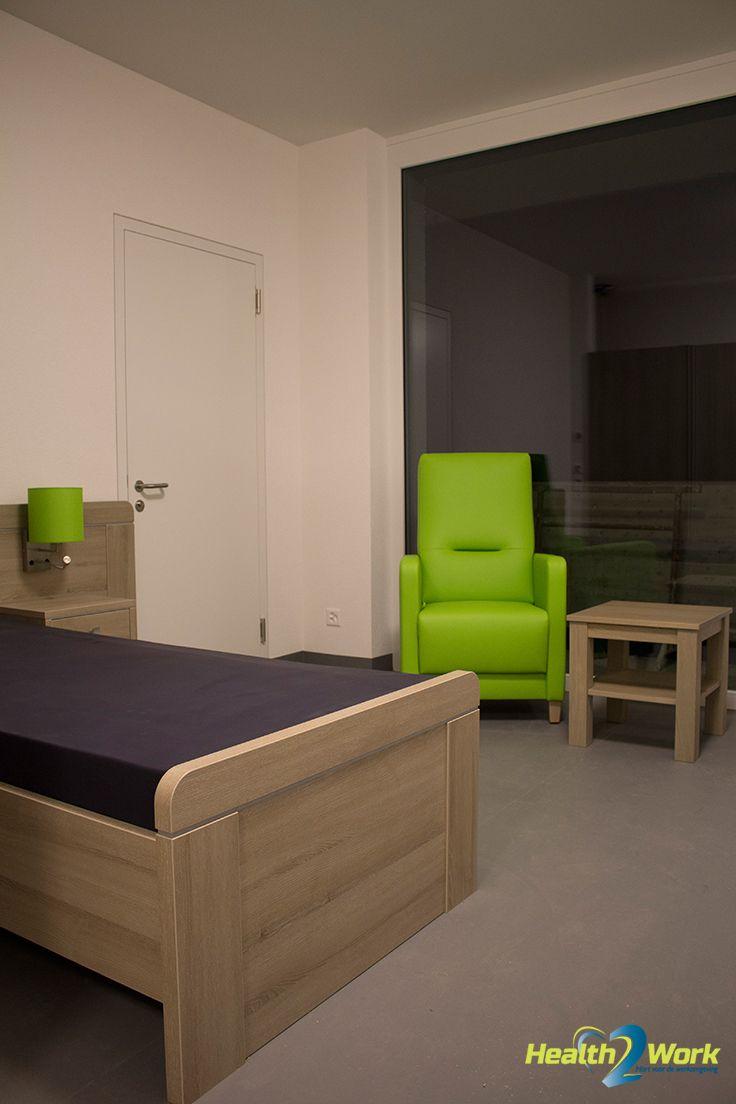 Slaapkamer met groene fauteuil