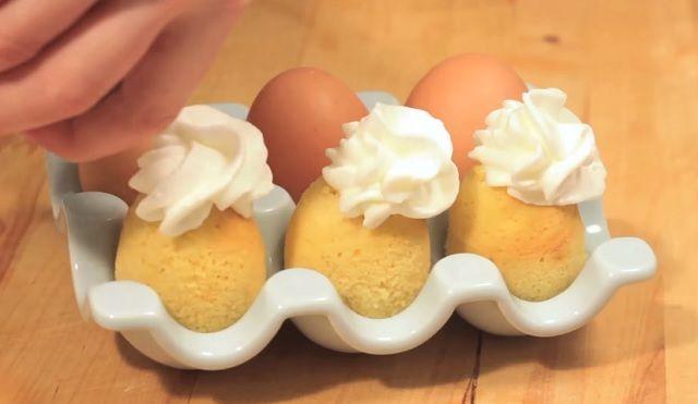 Mi mindenre a tojás héja? Például sütit is készíthetsz benne! Ez a süti amennyire jól néz ki, éppen annyira finom is. Sőt, nagy előnye az is, hogy nagyon gyorsan el lehet készíteni. Lepd meg a vendégeidet ezzel a különleges desszerttel! Hozzávalók: tojások. Elkészítés: a nyers tojásokat alaposan mosd meg, majd fúrj egy lyukat a közepükbe. …