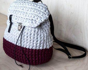 Esta es la forma clásica muy cómodo todos los días del bolso de la mujer. Está hecho de hilo grueso de algodón reciclado camiseta.  Dimensiones: 11.8 X 13, 4 (30Х33 cm)  Este bolso es super minimalista - forma de sólido, llano rosa color, ninguna materia adicional!  Se trata de bolsa muy compacta y espaciosa pero diario de una mujer para un uso ocasional. ¡También puede servir como un bolso shopper! El hilo de crochet grueso le permite estirar de 1/2 de su tamaño y luego ir hacia atrás s...