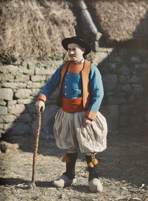 Bigoudin en costume de jeune marié. Penmarc'h (Finistère), 29 février 1920. Autochrome de Georges Chevalier. © Musée Albert-Kahn-Haut-de-Seine. Finistère Bretagne