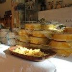 """que pena que una foto no transmite el rico olor a queso de la torta en aceite de la queseria Collera de Vidiago, en la muestra """" Tapas de Llanes """""""