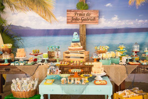 Praia, sombra e água fresca. Que delícia foi o aniversário de 8 anos do João Gabriel! A decoração ficou por conta da Pequenos Luxos, que aproveitou o quios