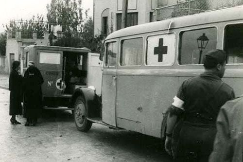 """""""Oquendo district, Madrid. Red Cross ambulance preparing to leave the scene after evacuating the injured."""" © ICRC / hist-01850-29"""