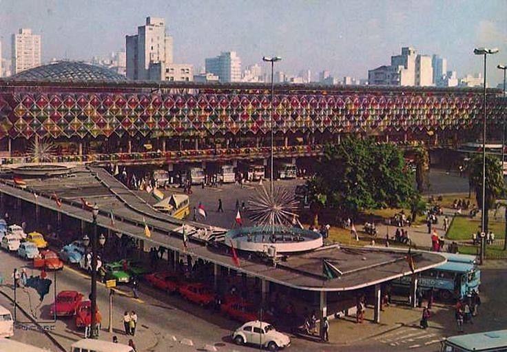 ( c. 1975 ) - O Terminal Rodoviário da Luz teria uma vida relativamente curta na sua função: duas décadas. Inaugurado em 25/01/1961 e saturado, seu fim começou a ser delineado em 1977, quando parte das suas linhas foram transferidas para o Terminal Jabaquara. E o fim definitivo viria em 1982, com a inauguração do Terminal Rodoviário do Tietê.