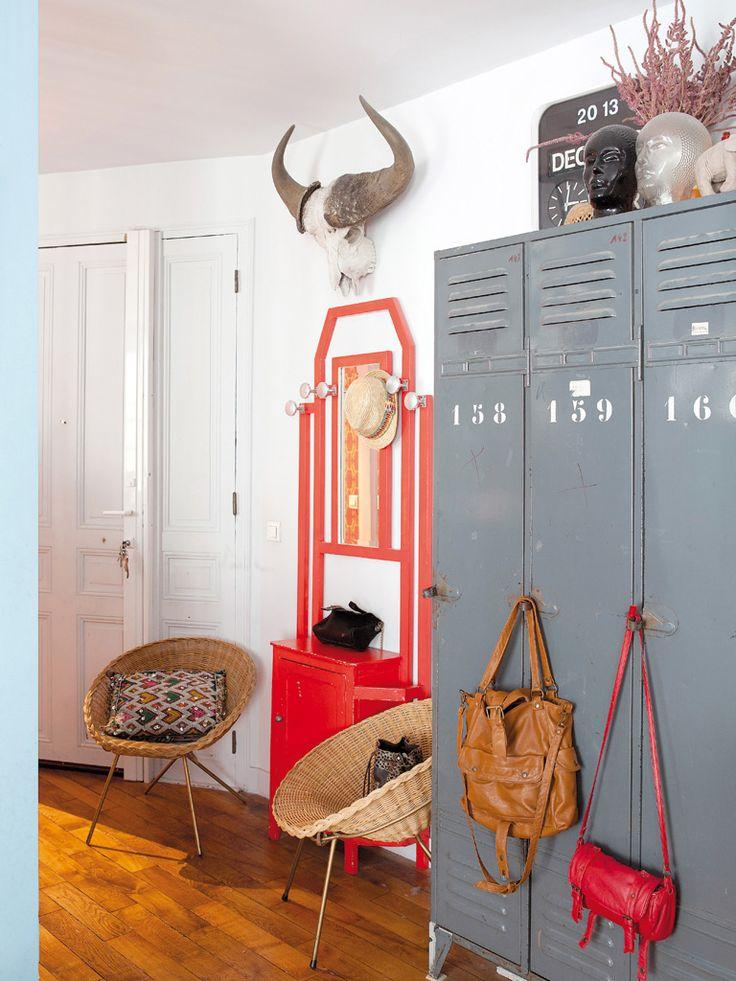 Ah! ces casiers scolaires, de plus en plus populaires... L'appartement parisien de Mathias et Madeleine Ably. Source : micasarevista.com.
