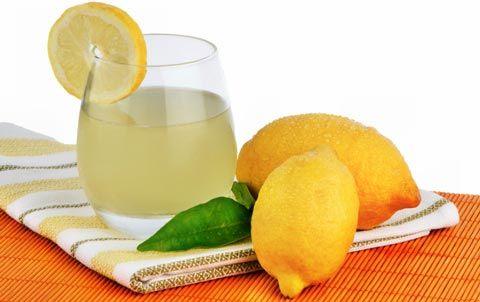 Infos und Tipps zum Abnehmen mit Zitronensaft: Mit Zitronensaft abnehmen kann schon nach einer Woche deutliche Erfolge bringen: Fettpolster verschwinden und die Haut wirkt sichtbar frischer ...