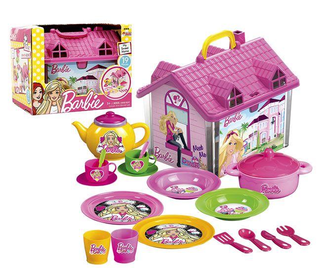 Kızların en sevdiği karakter Barbie'nin Barbie evi şeklindeki taşıma çantasıyla hem pratik, hem de eğlenceli Barbie çay seti ile çocuklar diledikleri yerde oyun oynayabilecekler.  https://www.karakterdukkani.com/barbie-ev-cay-seti