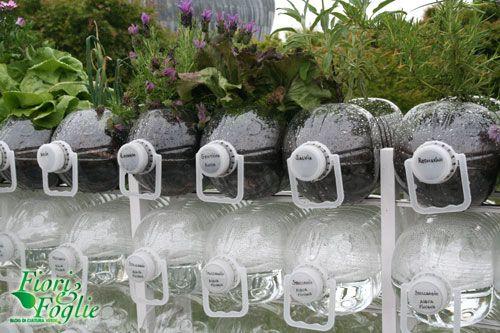 Il balcone di bottiglie. Si parte dal riciclo con l'uso delle taniche di plastica da 5 litri, collocate in una struttura di metallo o di legno di risulta come si trattasse dei volumi di una libreria. Nel tempo cambieranno posizione a seconda della propria funzione (fitodepuratore, stoccaggio acqua piovana, compost, semenzaio, orto). (Fonte: http://fioriefoglie.tgcom24.it/wpmu/2012/06/04/orto-balcone-nelle-bottiglie-ecologico-ed-economico/)