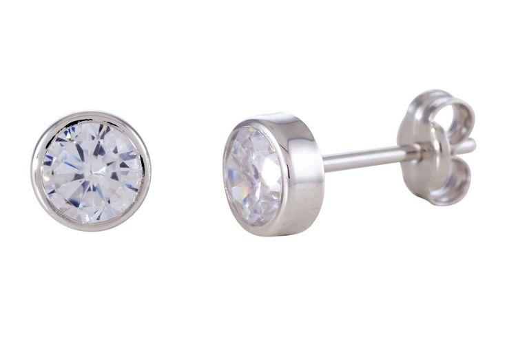 Glow Gouden Oorbellen Witgoud solitair 5.0 mm 206.3021.05. Mooie 14 karaats witgouden solitaire oorknoppen. Deze tijdloze en kwalitatief hoogwaardige oorstekers gaan een leven lang mee en zijn vervaardigd uit een zeer hoge kwaliteit witgoud. Solitaire oorstekers zijn eindeloos te combineren met vrijwel alle sieraden. De zirkonia is gezet in een witgouden kastzetting. De maat van de steen is 5 mm. Ook verkrijgbaar in geelgoud.