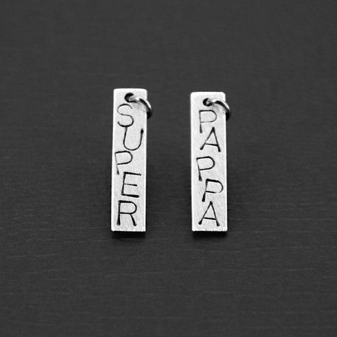 Platesmykke, medium størrelse i sølv. Dette har teksten PAPPA på den eine sida og SUPER på den andre sida. Du kan få smykke med det du vil ha på...  Silver pendant with writing of your choice. Can be used on both sides.