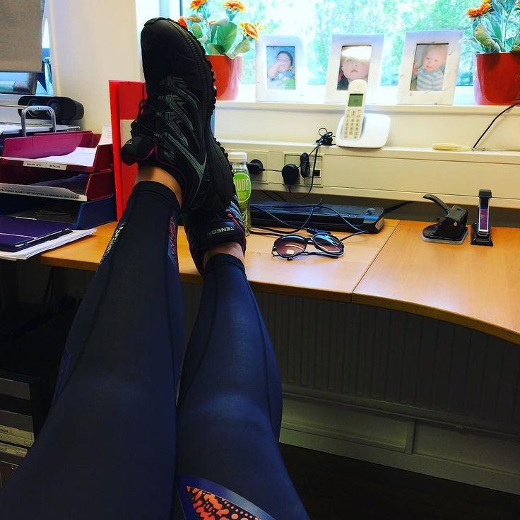 Kontorstid avklarat skorna på bordet  Nu träning innan kvällsjobb  #måbra #lowcarb #viktminskning #träning #kontorstid #skornapåbordet #kvällsjobb #lchf by mittlillakrypin