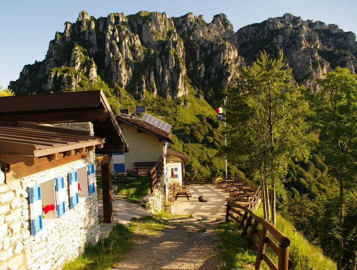 Die #Berghütte Nino Pernici liegt zwischen der Region #GardaTrentino (#Gardasee Nord) und dem #Ledrotal. Aus der Terrasse gönnt man einen tollen Ausbick über die herumliegenden Berge. Und es ist auch möglich, leckere tradiionelle Gerichte aus der Trentiner Küche zu probieren. Weitere Infos: www.gardatrentino.it/wandern