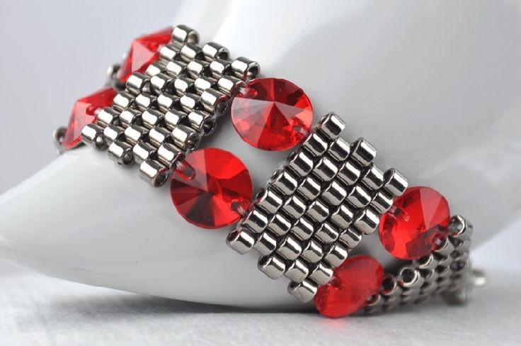 Piękna, elegancka bransoleta wykonana splotem peyote z koralików Miyuki i z kryształów Swarovskiego RIVOLI w kolorze Light Siam, z posrebrzanym zapięciem.  Przyciąga wzrok przepięknie błyszcząc w...