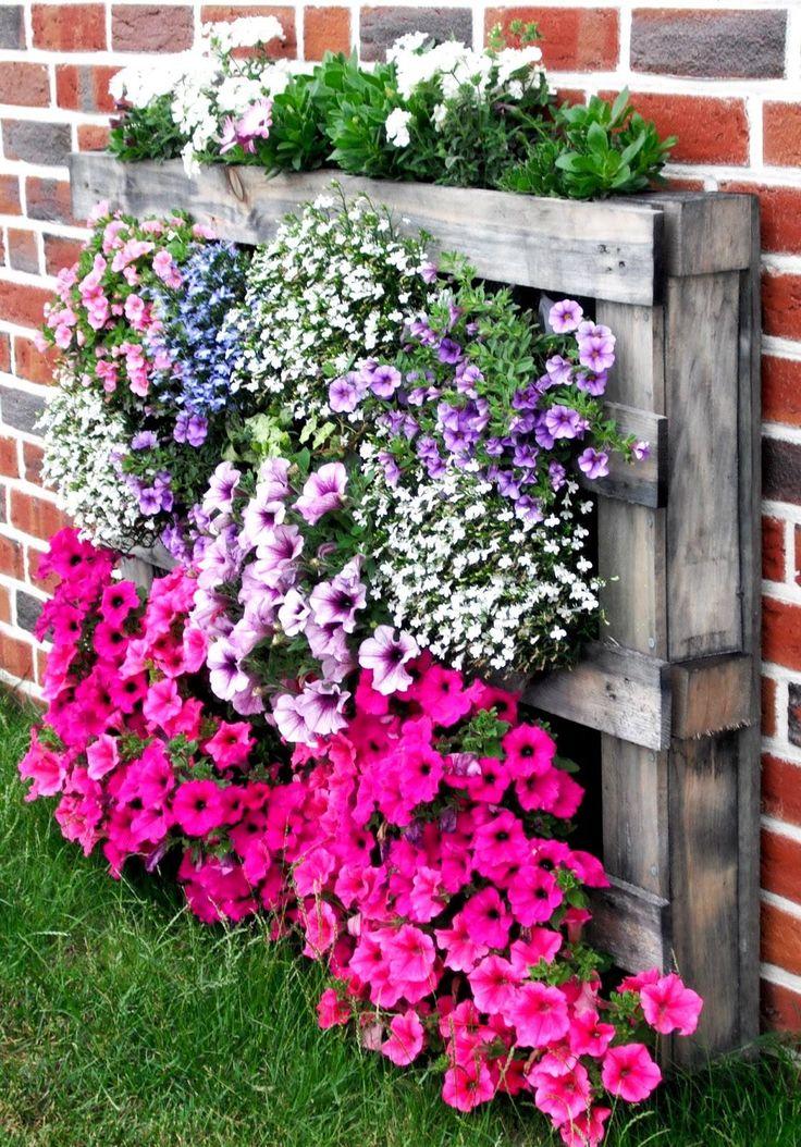 Palette transformée en pot de fleur vertical. 42 jardinières de récup avec des objets insolites