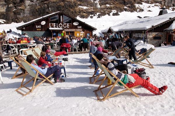 Wilt u op wintersport naar Flaine? Een goede keus! Centraal in het skigebied Le Grand Massif ligt het autovrije en kindvriendelijke skidorp Flaine. Het dorp ligt op 1600 meter hoogte en is speciaal ontwikkeld voor de wintersport door een Bauhaus-architect. Het dorp wordt gekenmerkt door witte, futuristische gebouwen, een gedurfde architectuur en opmerkelijke kunstwerken van onder andere Picasso.