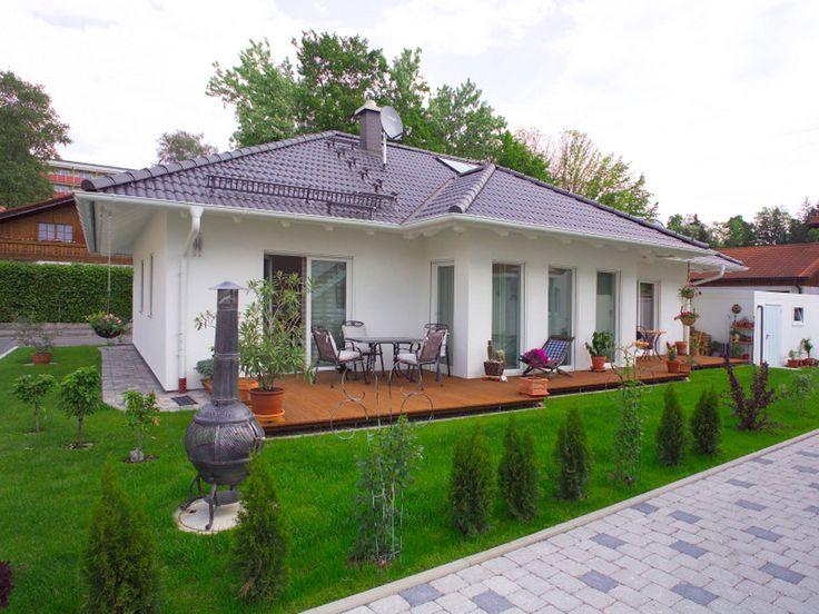 Bungalow Zinner • Singlehaus von Wolf System Haus • Fertighaus mit Walmdach und 115 qm Wohnfläche . Jetzt bei Musterhaus.net informieren!