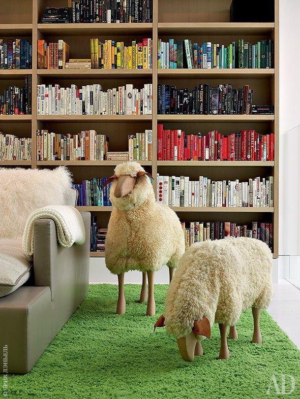"""Фрагмент библиотеки. На ковре """"пасутся"""" двеовцы работы Ганса-Петера Крафта. Хозяин дома подарил их жене на Рождество."""