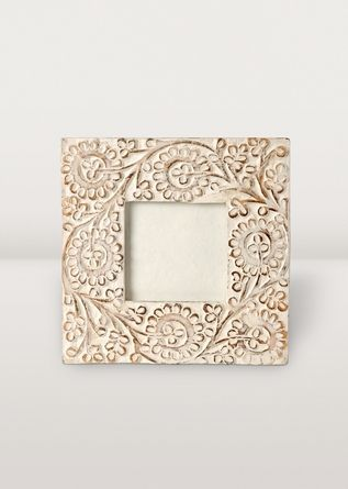 A cottage feel for your favourite photos! The intricate scrollwork relief and whitewashed wood is hand-carved to fit a 4x4 inch picture.
