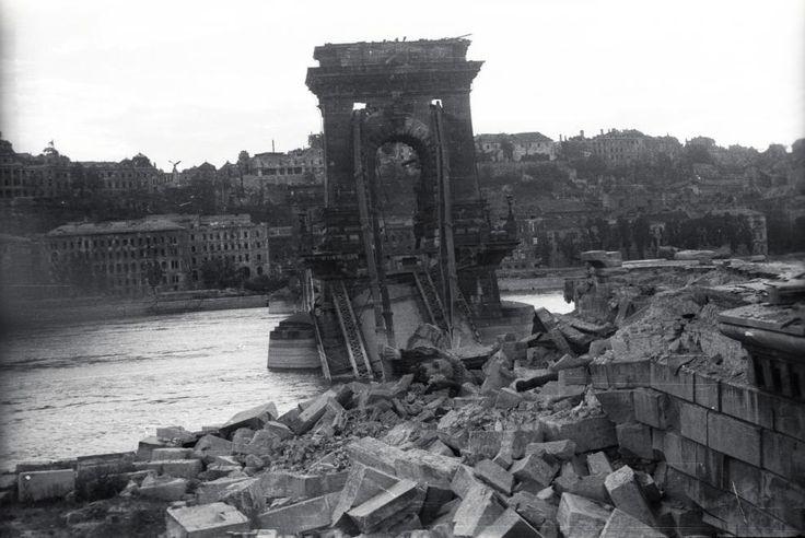 a lerombolt Lánchíd pesti hídfője, háttérben a romos Királyi Palota.