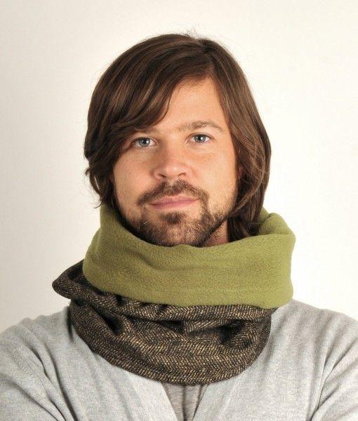 Tube tørklæde med sort/olivengrønt sildebens mønster på fronten og varmt olivengrønt fleece for inderst.