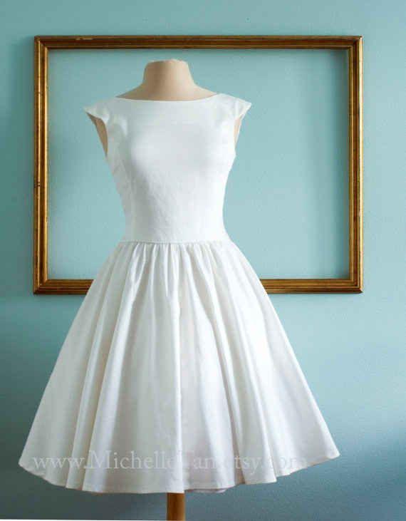 Klassisch elegantes 50er Jahre inspiriertes Brautkleid. Perfekt fuer das Standesamt!