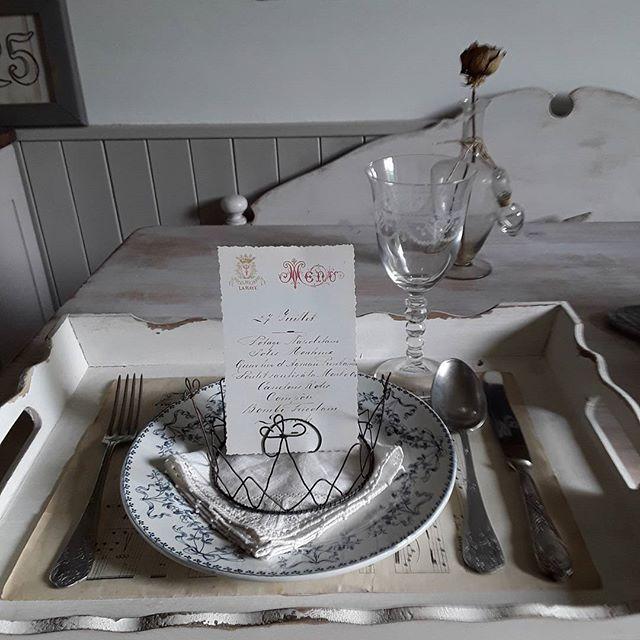 Per una cena chic,  la corona porta menu! Royal!👑