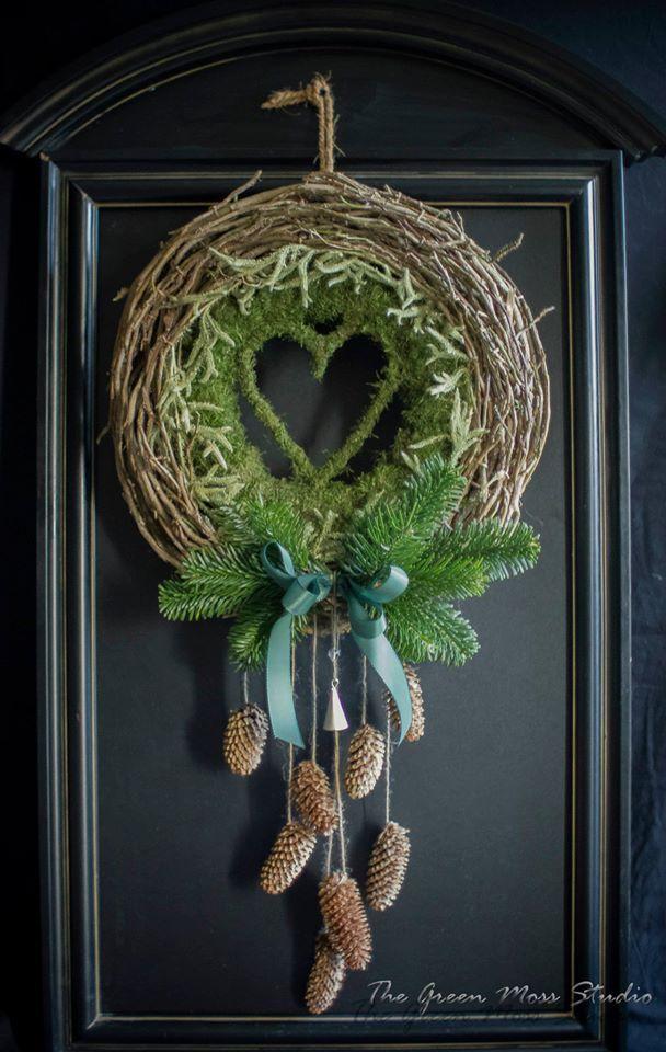 Couronne de Noël en mousse et pomme de pin - The Green Moss Studio