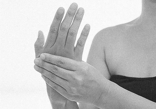 Hormigueo en las Manos. Causas: 0-No hay causa grave. 1-Pinzamiento de nervios en cuello o espalda. 2-Falta de vitamina B12. 3-Síndrome del túnel carpiano. 4-Estenosis en el cuello o en la espalda. 5-Diabetes. 6-Tiroides hipoactiva (hipotiroidismo). 7-Esclerosis Múltiple (EM). 8-Fibromialgia. 9-Ciática. 10-Cambios hormonales. 11-Miedo e hiperventilación.