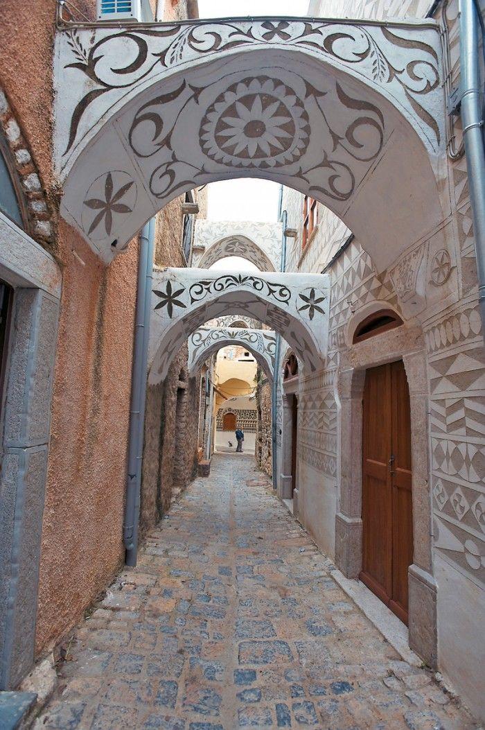 Το «ζωγραφιστό χωριό». Έχει αναδειχθεί σε διατηρητέο μνημείο και φημίζεται για την εξωτερική διακόσμηση των κτιρίων, με γεωμετρικά σχήματα...  Διαβάστε όλο το άρθρο: http://www.mixanitouxronou.gr/to-zografisto-chorio-echi-anadichthi-se-diatiriteo-mnimio-ke-fimizete-gia-tin-exoteriki-diakosmisi-ton-ktirion-me-geometrika-schimata/