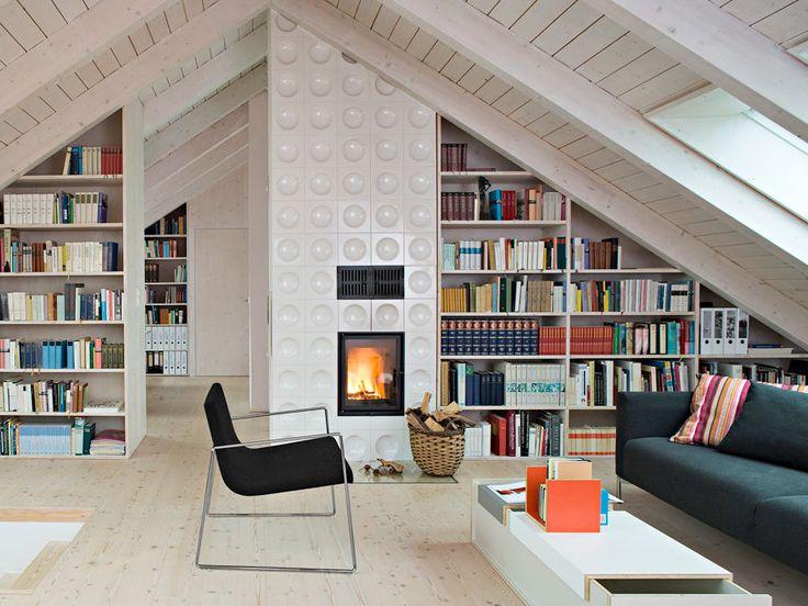 Architektin Julia Mang-Bohn baute ein Siedlungshaus aus den 60ern um: Das neue Dach und ein Anbau schaffen Platz für ihre Familie, die verbesserte Dämmung senkt den Energieverbrauch um die Hälfte. Bodentiefe Fenster lassen die Sonne ins Haus