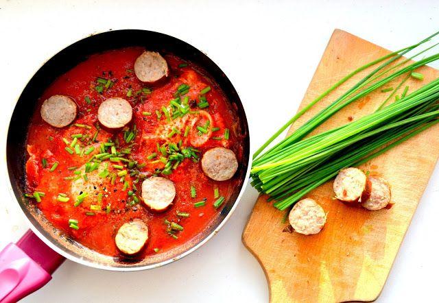 Dzisiejszy poranek zapachniał wiosną :) A wszystko za sprawą szakszuki, czyli jajek gotowanych w sosie pomidorowym. Zapraszam na przepi...