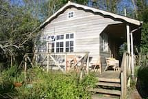 Almhütte in Trenwheal, Vereinigtes Königreich. The Chalet is a lovely hideaway in a wild country garden 4 miles from both the North and South coast of Cornwall. Ideally situated for exploring the West of the county with its beautiful beaches, coastal walks and unspoilt villages and harbours. H...