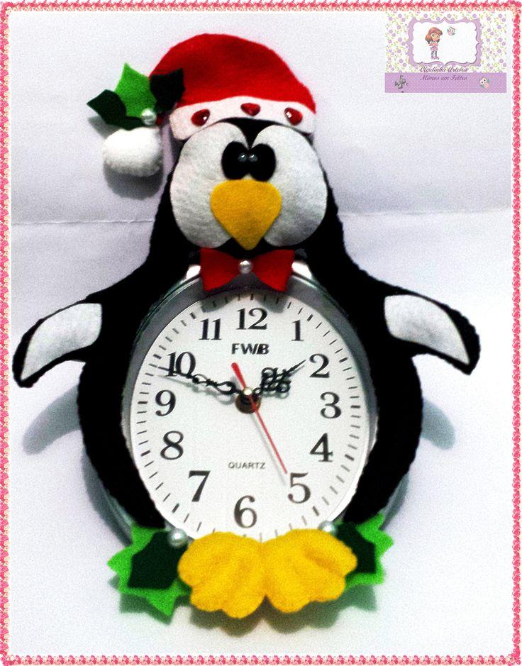 Pinguim Natalino no Relógio https://www.facebook.com/pages/Cleidinha-Arteira-mimos-em-Feltro/618969134851630