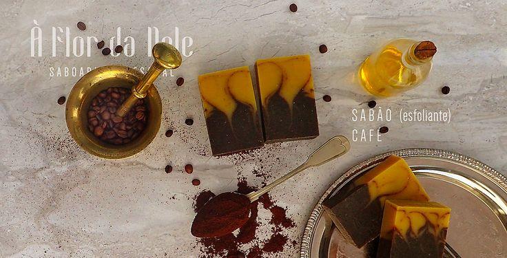 SABÃO CAFÉ (esfoliante) À Flor da Pele - Saboaria Artesanal  Azeite, água, óleo de palma, óleo de coco, hidróxido de sódio, óleo de rícino, manteiga de karité e café puro em pó.
