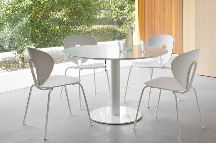 STUA offers some of the most contemporary and comfortable dining space solutions. Like this Globus chairs around a Zero table. DISCOVER STUA DINING AREAS: www.stua.com/dining-space