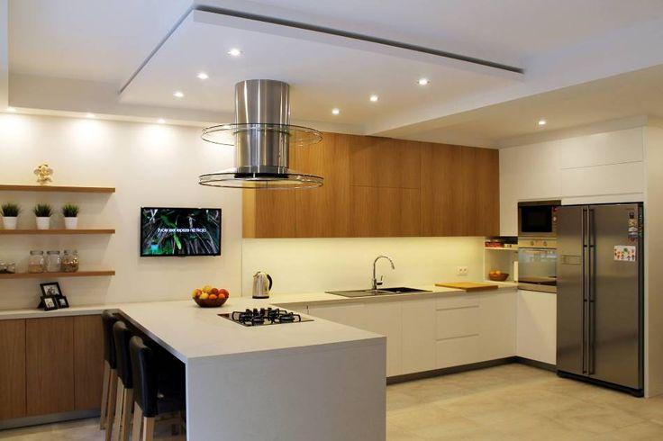 <p><strong>Kuchnia z jadalnią</strong>, w aranżacji której dominują dwa kolory. Czysta biel i ocieplające całość drewno, w duecie tworzą iście domowy i rodzinny klimat. W <strong>projekcie wnętrza</strong>, na próżno doszukiwać się kolorystycznych i stylistycznych przełamań. Całość prezentuje niezwykle spójne i jednorodne wnętrze, które pełni funkcję pełnowartościowej <strong>kuchni z jadalnią</strong>.</p>