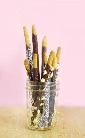 Cela fait une éternité que j'ai envie de reproduire les incontournables mikado en version vegan et sans gluten. C'est bon, c'est croustillant, c'est chocolaté et si vous avez des enfants, c'est une idée de goûter healthy qui devrait plaire aux tous petits ! Découvrez mes enrobages au chocolat noir, aux noisettes concassées et à la noix de coco ! http://www.sweetandsour.fr
