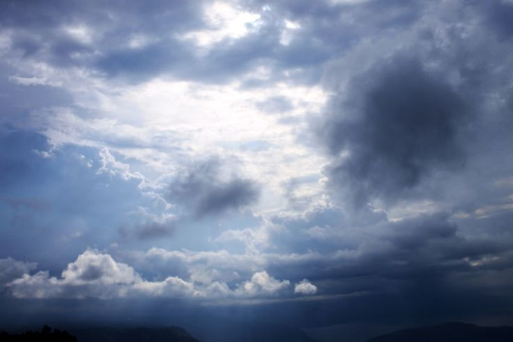 Gambar saat suasana sedang akan turun hujan, di sebuah bukit di atas danau toba tepatnya di huta ginjang tapanuli utara, uniknya walau hujan sudah mulai menetes, namun di ufuk barat terlihat cahaya matahari masih menerobos masuk ke bumi
