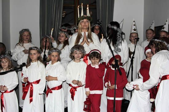 www.mayatta.com- SANTA LUCIA GÜNÜ İSVEÇ ELÇİLİĞİNDE KUTLANDI-İsveç'in Ankara Büyükelçiliği renkli bir yılbaşı etkinliğine ev sahipliği yaptı. İsveç'in en önemli dini günlerinden birisi olan ' Santa Lucia ' günü ritüelleri Ankara'daki büyükelçilik rezidansında gerçekleştirildi