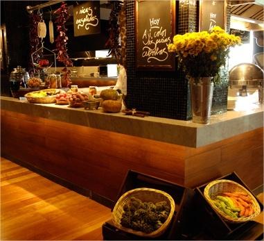 El restaurant Santerra de enjoy Santiago rescata la tradición de los Mercados Centrales con productos frescos y seleccionados.
