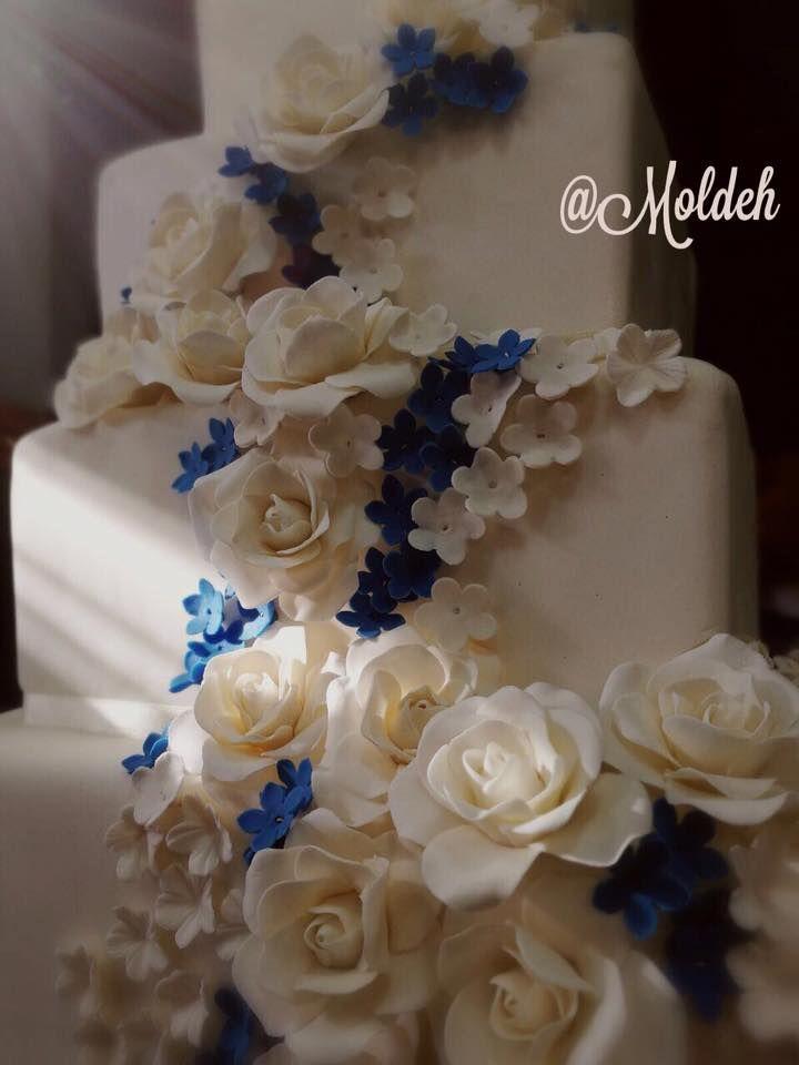 Pastel de Boda con rosas blancas y campanitas en azul // White roses and blue bells wedding cake