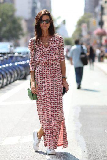 Une longue robe fluide imprimée