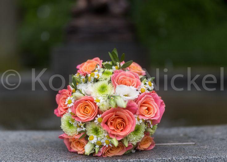 brautstrauss aus rosen kamille bridal flowers. Black Bedroom Furniture Sets. Home Design Ideas