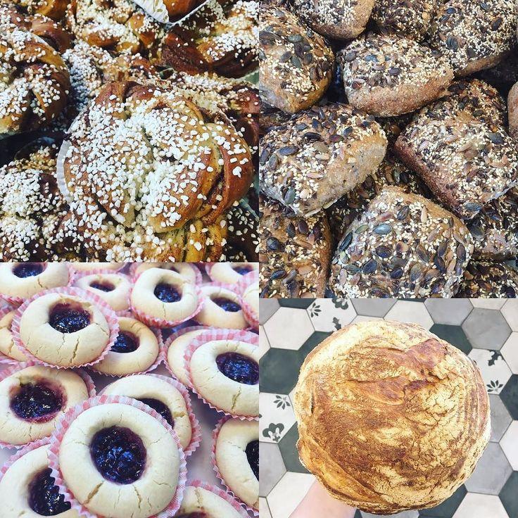 Nu har vi sparkat igång veckan med nybakade hallongrottor kanelbullar grahamsfrallor på rågsur med rivna morötter blandade frön och ekologiska aprikoser. Har även Levain baguetter och surdegsfrallor! Hjärtligt välkomna! Tisdagsöppet 8-16 #bakery #torslanda #sockermajas #gottbröd #lunch #sallad #nybakat #tisdagsöppet