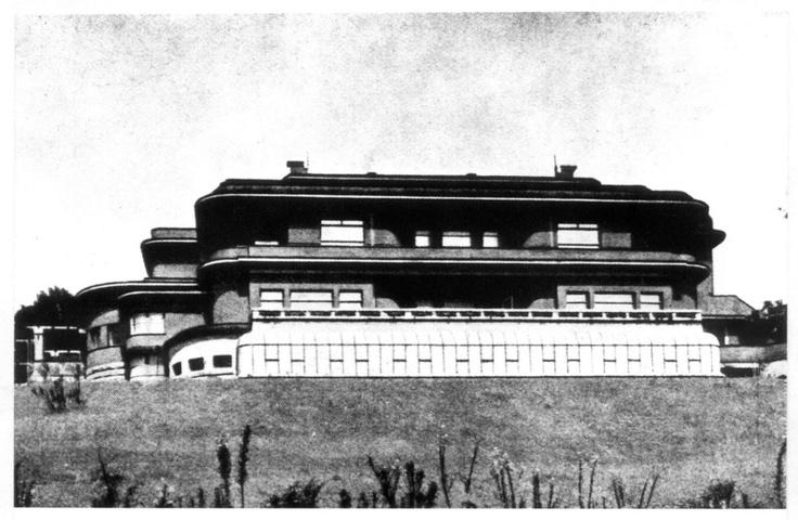 Strossova vila je špičkovou ukázkou art deco v architektuře. Byla postavena v Liberci v letech 1923 až 1925 ve svažitém terénu nad přehradou Starý Harcov. V roce 1938 ji zkonfiskovali nacisté, za komunismu sloužila hygienikům, kteří v ní sídlí dodnes. http://zpravy.ihned.cz/cesko/c1-54918430-liberecka-vila-parnik