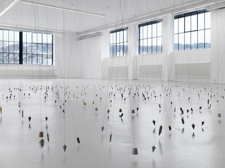 Tatiana Trouvé, 350 points a / 350 points towards infinity, 2009, Pendel, Magnete, Durchmesser: 900 cm, Courtesy of the artist und Galerie Johann König, Berlin, Foto: A. Burger, Zürich