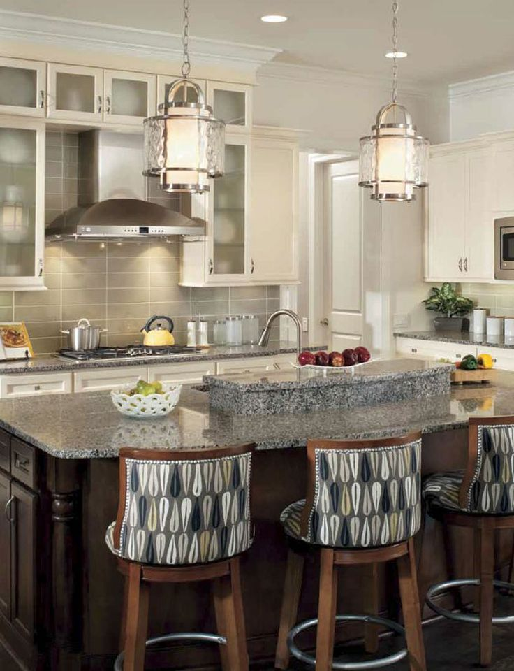 Cuisine de style transitionnel avec suspendus. / Transitional kitchen with pendants